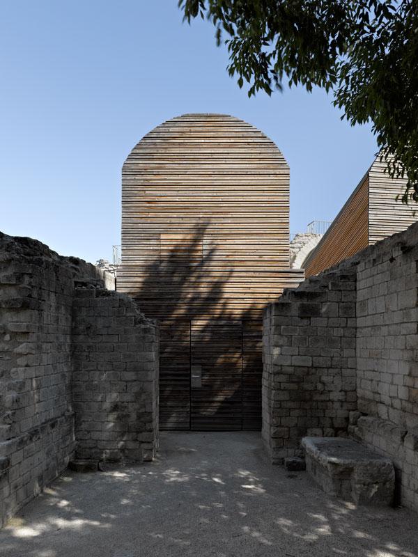 Architectes : FLUOR. Arles, .Théâtre Antique .