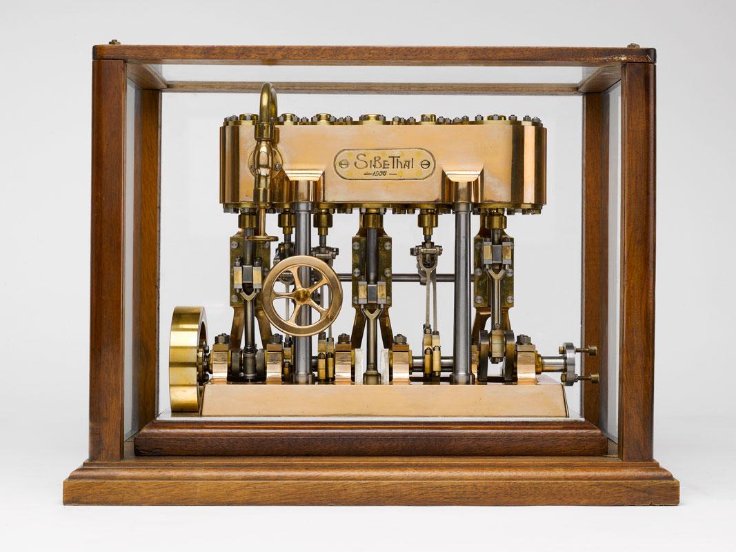Sibethal, Louis. Modèle de machine à vapeur inventée équipant les navires de guerre et de commerce; métal, bois et verre; 1936. Musée d'Histoire de Marseille.