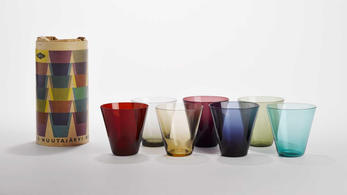 Kaj FRANCK (1911-1989) Série de verres fumés colorés avec leur emballage pour Nuutajärvi, 1956. Musée de la Faïence, Marseille.